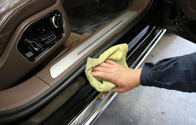 手作業で細部洗浄